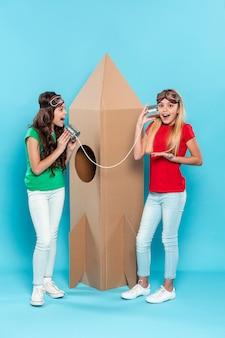 Smiley-mädchen spielen mit cartoon-flugzeugspielzeug