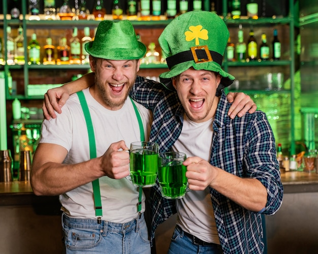 Smiley-männer feiern st. patricks tag an der bar