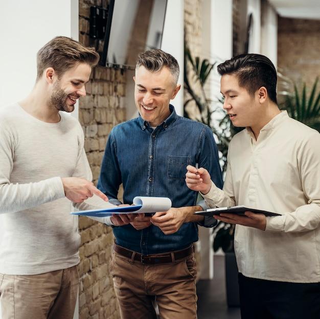 Smiley-männer sprechen über ein projekt