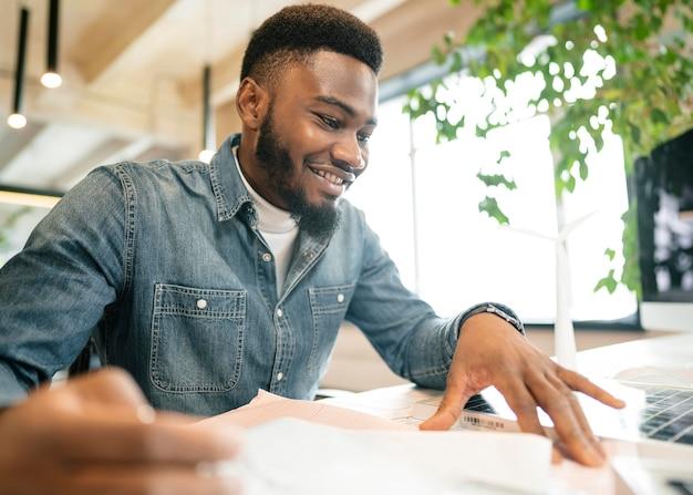 Smiley-mann, der an der mittleren einstellung des projekts arbeitet