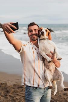 Smiley-mann, der foto mit hund macht