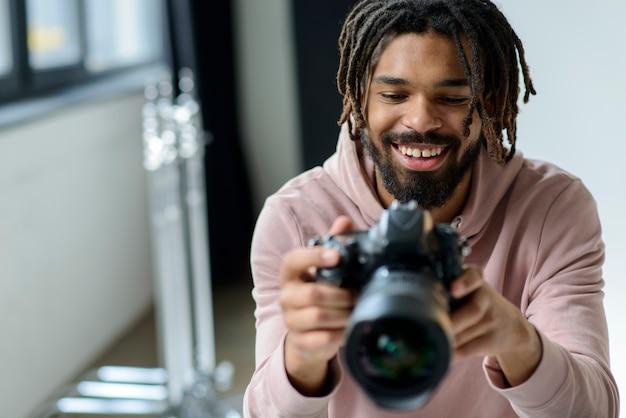 Smiley-mann, der kamera betrachtet