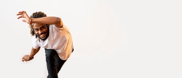 Smiley-mann, der mit kopienraum tanzt