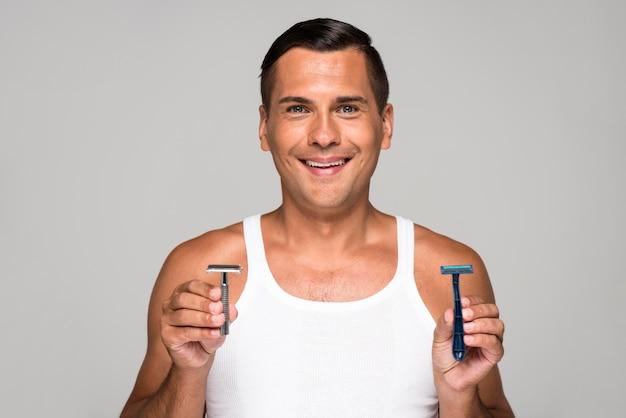 Smiley-mann, der mittleren schuss des rasiermessers hält