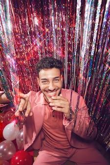 Smiley-mann, der spaß auf der party hat, mittlerer schuss