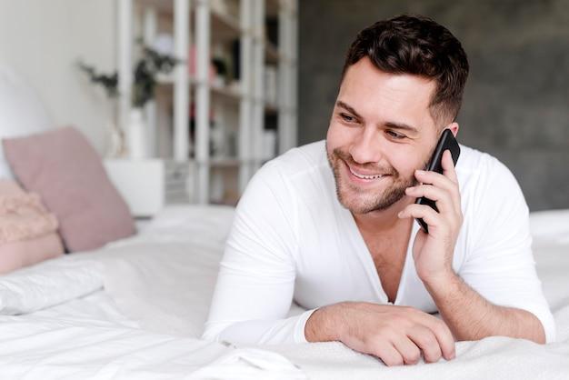 Smiley-mann, der über das telefon spricht