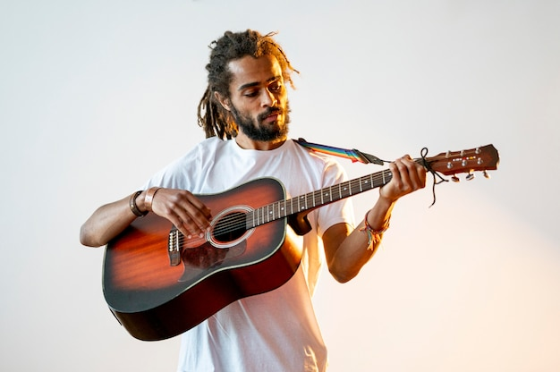 Smiley-mann der vorderansicht, der die gitarre spielt