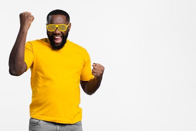 Smiley-mann glücklich mit kopierraum