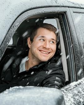 Smiley-mann im auto während eines roadtrips