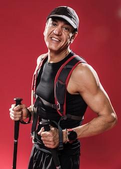 Smiley-mann mit trail-ausrüstung