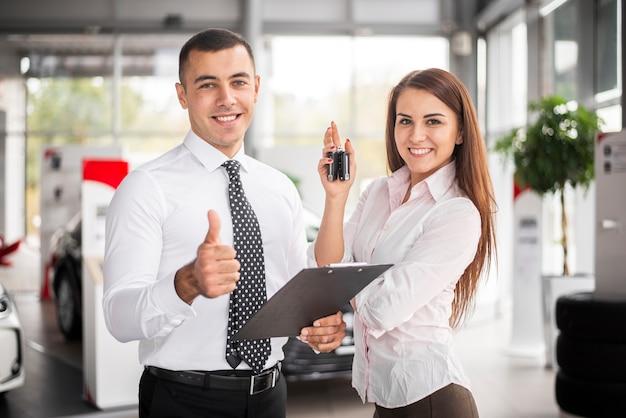 Smiley-mitarbeiter, der als autohändler arbeitet