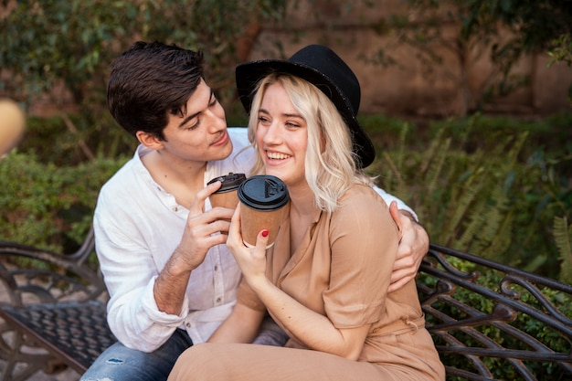 Smiley-paar auf bank im park