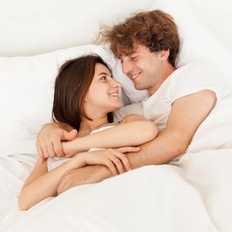 Smiley-paar, das sich ansieht