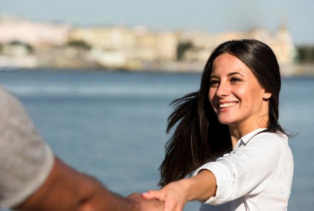 Smiley-paar, das zeit zusammen am strand verbringt