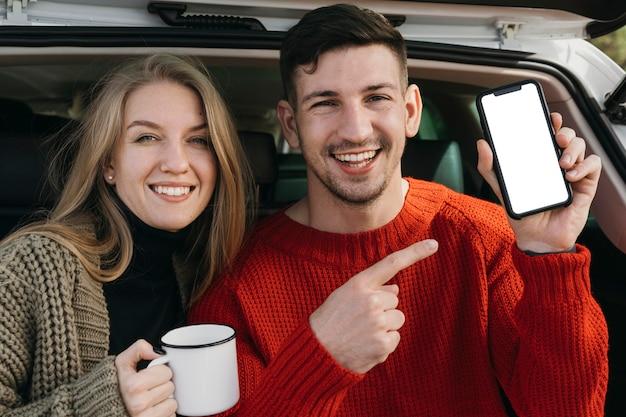 Smiley-paar hält smartphone