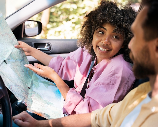 Smiley-paar in der auto-beratungskarte