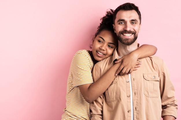 Smiley paar posiert umarmt
