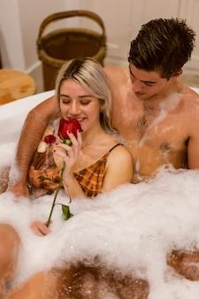 Smiley schönes paar ein bad zu nehmen
