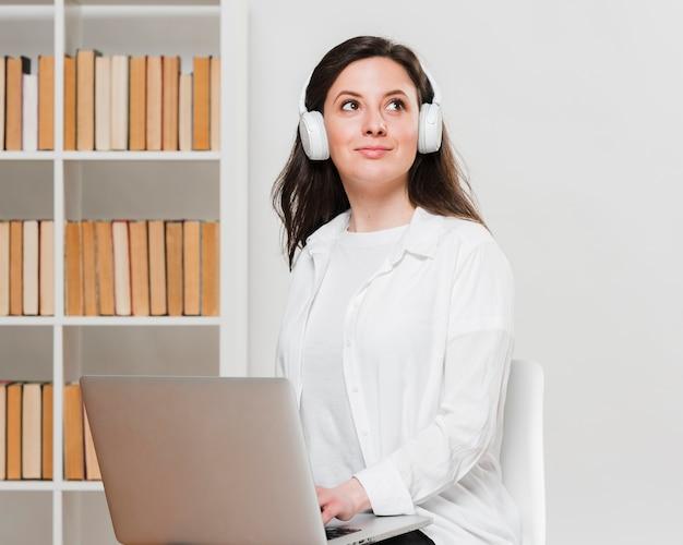 Smiley-student, der e-learning-konzept sucht