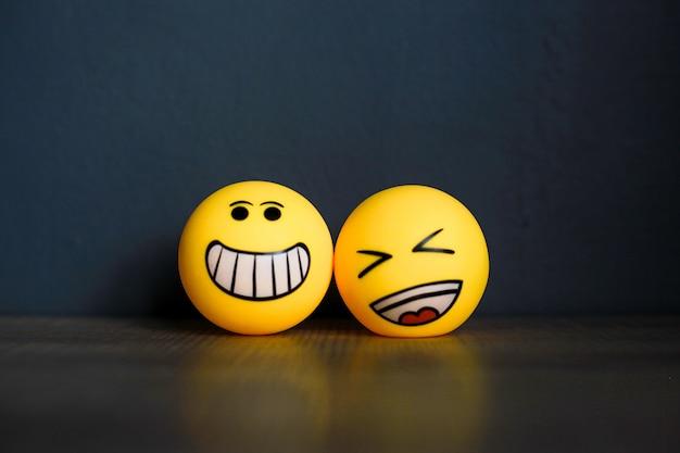 Smiley und lachen emoticon auf schwarzem hintergrund