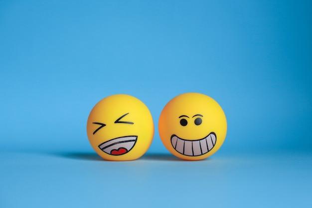 Smiley und lachen emoticon lokalisiert auf blauem hintergrund