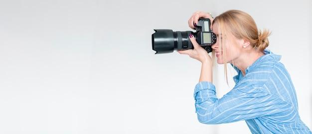 Smileyfrau, die einen foto- und kopienraum macht