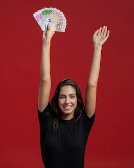 Smileyfrau, die ihr einkaufsgeld zeigt