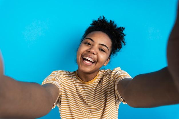 Smileyfrau, die selfie nimmt