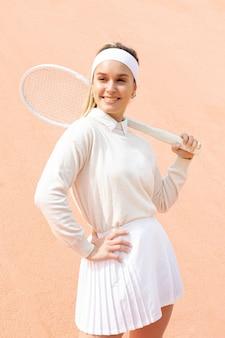 Smileyfrau mit schläger für tennis