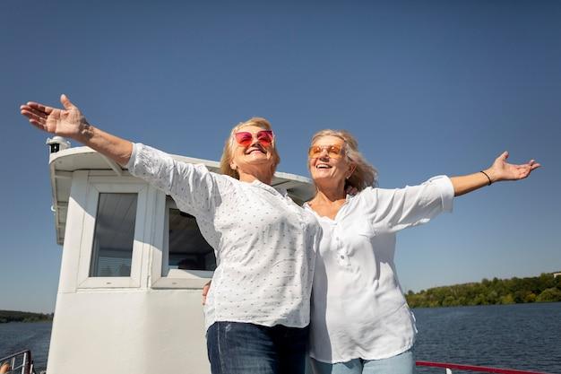 Smileyfrauen mit mittlerer aufnahme auf dem boot