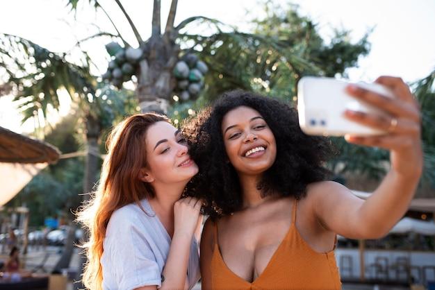 Smileyfrauen mit mittlerer aufnahme, die selfie machen