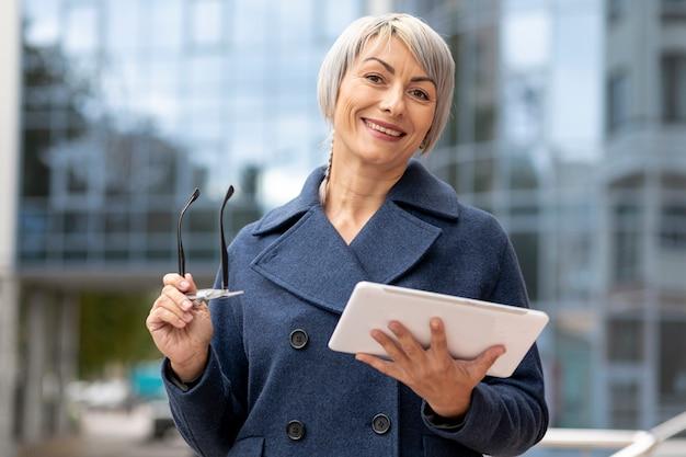 Smileygeschäftsfrau, die kamera betrachtet