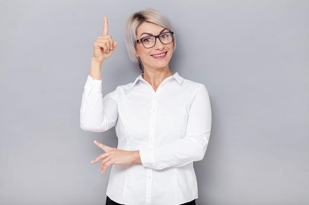Smileygeschäftsfrau, die oben zeigt