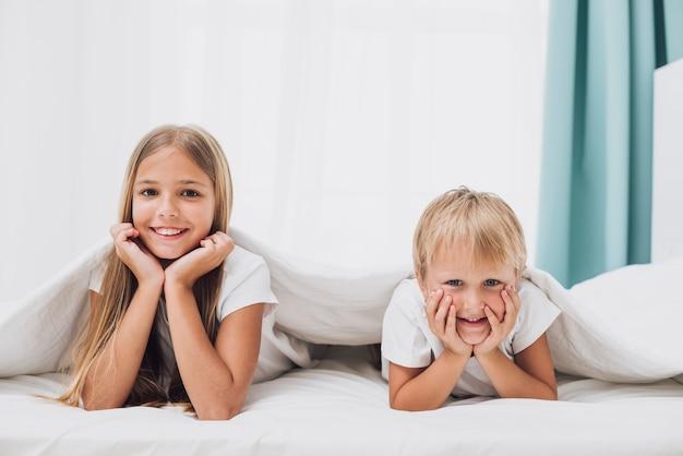 Smileygeschwister, welche die kamera betrachten