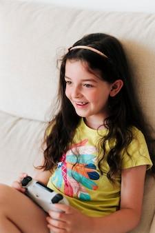 Smileymädchen, das videospiele mit prüfer spielt