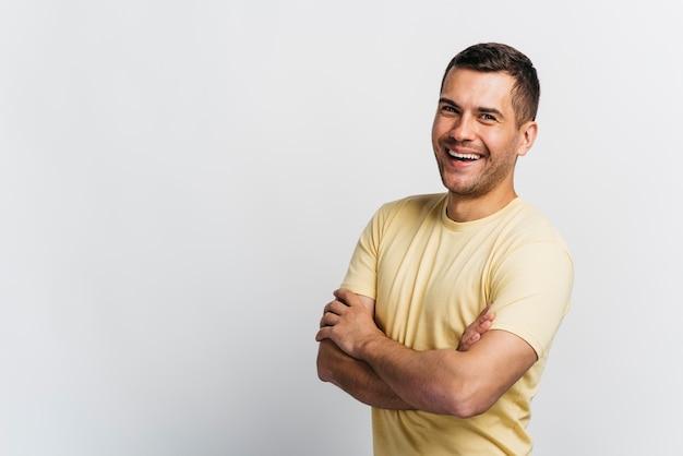 Smileymann, der seine arme mit kopienraum kreuzen lässt