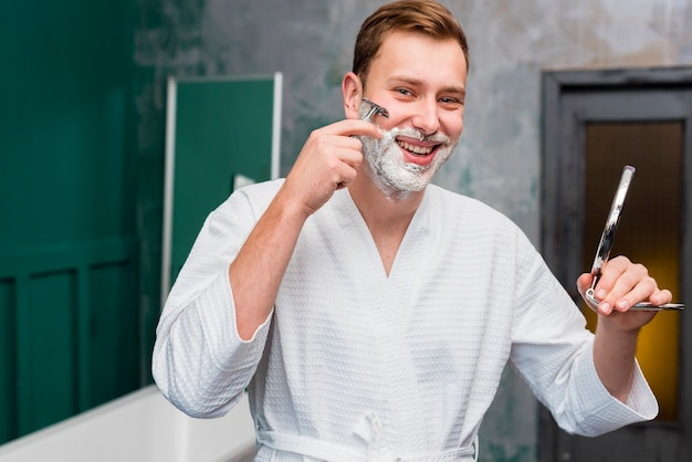 Smileymann, der spiegel rasiert und hält