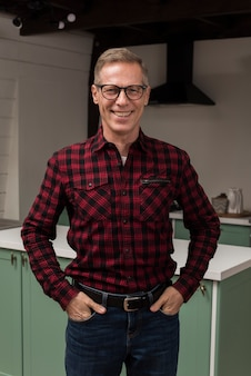 Smileyvater, der in der küche aufwirft