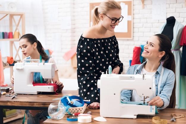 Smiling designer überwacht den arbeits- und kontrollprozess