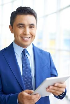 Smiling geschäftsmann mit einem touchpad