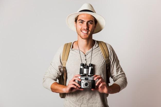 Smiling hipster stil touristen mit kamera