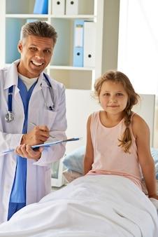 Smiling mädchen im krankenhausbett