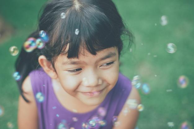 Smiling mädchen und seifenblasen