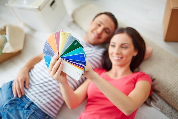 Smiling paar auf farbmuster zu hause suchen