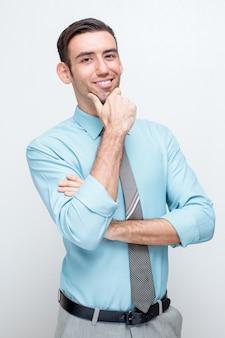 Smiling zuversichtlich business man touching chin