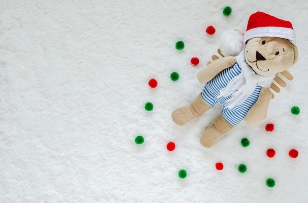 Smilling santa claus teddy bear mit schnee auf dem grundhintergrund