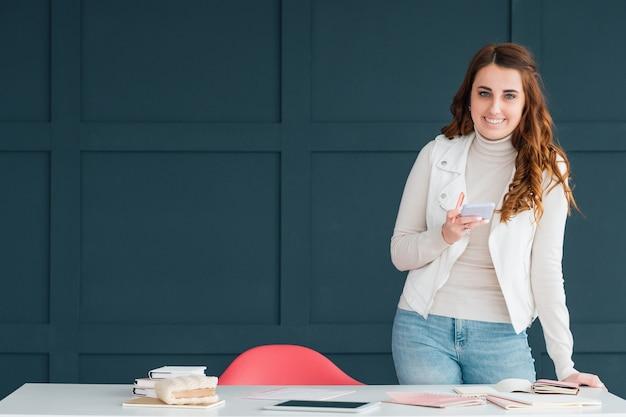 Smm-geschäft. junge erfolgreiche frau, die in büroräumen arbeitet