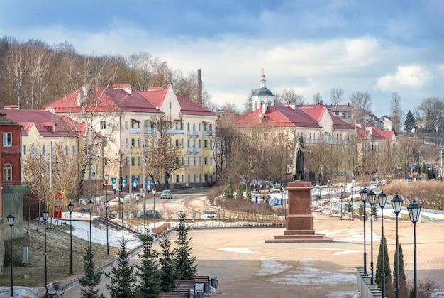 Smolenskaya-damm und ein denkmal für prinz wladimir in smolensk unter dem blauen frühlingshimmel