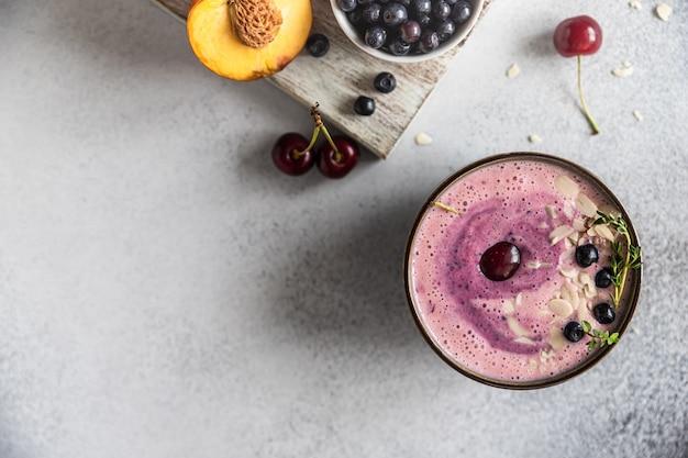 Smoothie bowl mit heidelbeer-mandel mit beeren und früchten