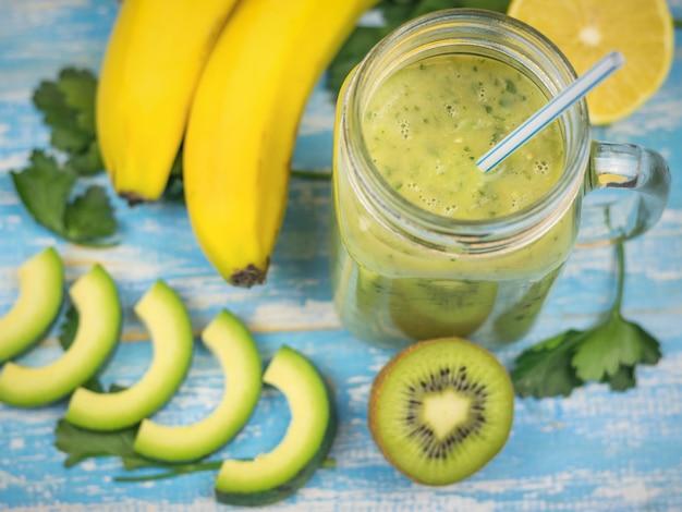 Smoothie der avocado mit geschnittenen früchten der banane, der kiwi und der avocado. diät vegetarisches essen. rohe lebensmittel.